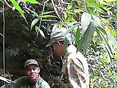 Soldat waten einen Fluss einem Blowjob