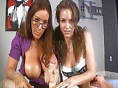 tiener en moeder geven heerlijke handjob