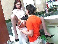 Ryska par analsex i ett badrum