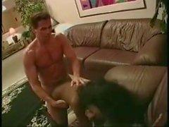 Nettes schwarzes Mädchen nimmt einen großen Cumshot