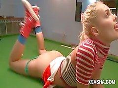 Ruso muñeca lindo de a Sasha masturbándose mesa de billar