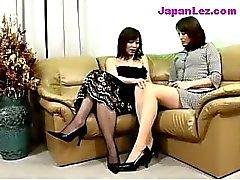Mature Lady En Robe Noire Obtenir les seins et la chat frotté mamelons lécha sur le canapé
