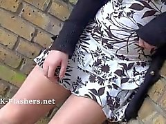 Callies nudité en public et amateur Babe clignotant en plein air avec le jeune coquine