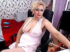 Yppiga blond husmodern i strumpor vidrör hon själv fo