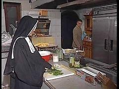Freira alemã assfucked na cozinha