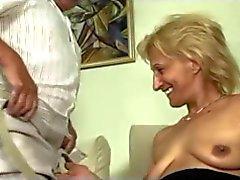 Madura loira se masturba e chupa e fode com o homem velho