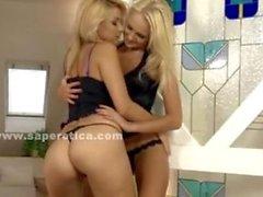 Пары блондинок с сексуальная ослы раздеваться и игра в лесбиянок Amate