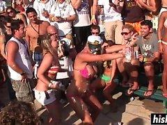 Schöne Frauen wie auf der Party tanzen