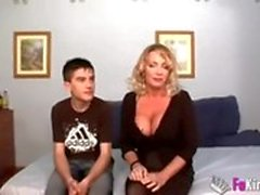 Pieni poika vittuu äidistä kovemmin kuin hänen isänsä, äiti tyytyväinen