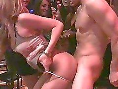 Knappe mannelijke stripper neukt veel gedronken club sletten