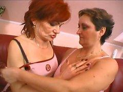 Loira 69 lésbicas lick brunette