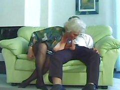 Geiler total Mütter Großmutter Norma zu droopy Brüste wird von einem Jüngeren bucklig