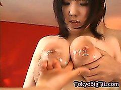 Japonês garota Busty fica fodido por de dois