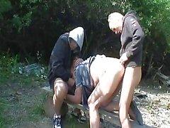 Pissing la abuela obtiene violada por dos ...