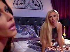 Блондинка Babe Никки Benz играет с Басти Джессика Джеймс !
