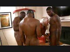 Blonden Oma mit big tits bekommt eine Reihe der Schwarzen zu ihrem zu schlagen