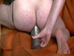 Pano suuri ruskeana dildoa nukkua sohvalla