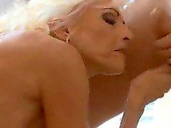 Hot Blonde Großmutter steht auf jüngere Mans