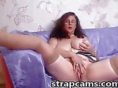 A vovó pechugóa nova com cabelo curly masturbar pela sua webcam