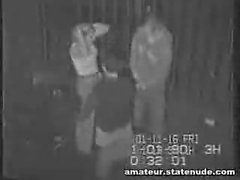 Sicherheitskamera fängt das Mädchen ab beiden Enden zu nehmen.