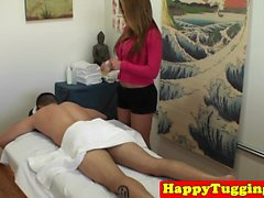 Sexmassage sırasında çekici asyalı masöz tugs