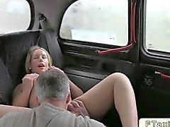 Blondes Baby gefickt dem Taxi