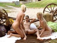 Claudia, Krissy und Sunshine haben lesbischen Analsex im Freien