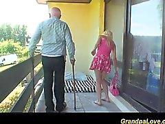 Blondes Schätzchen verdammt einen alten guy