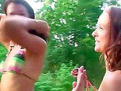 Bambine succhiando e screweing nella foresta
