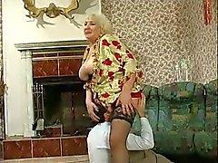 Große Brüste Granny gebumst
