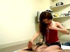 Sensuous fille japonaise avec des seins guilleret prend une bite pour une