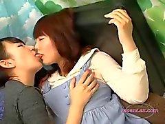 Asiatisches Mädchen Shy Geküsste das ihre Brüste gerieben Die Auf Der Couch