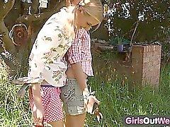 Tjejer Out västra - magert blonde lesbiska på en bakgård