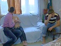 Utsökta Ryssland tonårs fucked innan hennes cuckold pojkvän