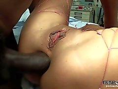Brunett slampa knullas av en svart kran