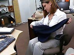 Business woman pilonner par pawnkeeper un billet d' avion