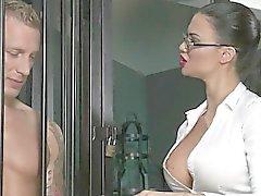 Musclé sub licks les hommes maîtresse de plantureuse dans donjon
