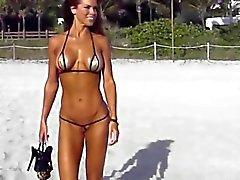 Cadena bikiní cameltoe breve Extreme en la playa