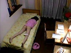 Güzel bir eşek parmaklarıyla azgın Japon kadın onu şeftali ve