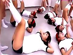Schülerinnen im Trainings Kleid die Übungen von denen 2 gefickt von Guy Die Auf Dem Fußboden im Klassenzimmer