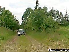 Oude hoer wordt dubbel geneukt buiten