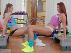 Fitness Odaları Sulu popo doğal göğüsleri için samimi orgazm