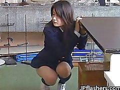Verbazingwekkende Aziatische schoolmeisje pronkt met haar
