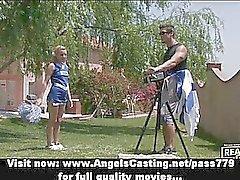 Upeat ihanan blondi cheerleader koulutuksen puutarha