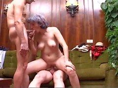 Cinza de cabelos Granny leva um tiro por pares de Cocks