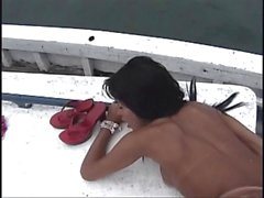 Сексуальная сука трансвеститами на яхт- получать крана высосать до его опустошает ее зад