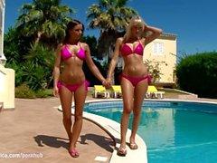 Heiße gebräunte Lesben Lena und Kari haben heißen Sex im Freien in der Nähe des Pools Bronz