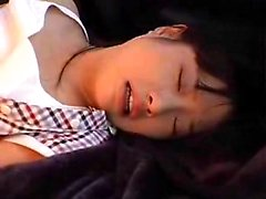 Pieni itämainen teen potkaisee kiihottunut poika kuluttava sekä porauksen