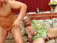 Zeer oude rondborstige oma geniet van de hete sex