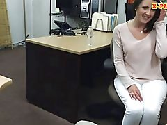 Do penhor indivíduo fode as cliente sexy a esposa dentro de seu gabinete